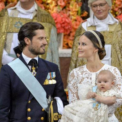Prins Carl Philip, prinsessan Sofia och prins Alexander i slottskyrkan.