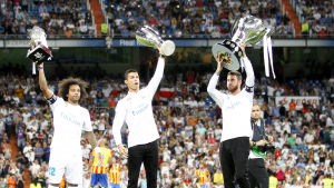 Marcelo, Cristiano Ronaldo och Sergio Ramos med Real Madrids pokaler.