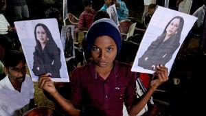 En pojke i byn Thulasendrapuram i den indiska delstaten Tamil Nadu visar upp två afischer som föreställer videpresident Kamala Harris. Kamala Harris morfar föddes i byn Thulasendrapuram.