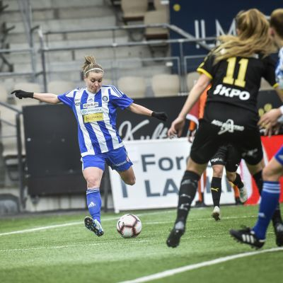 Essi Sainio skjuter ett skott mot Myran
