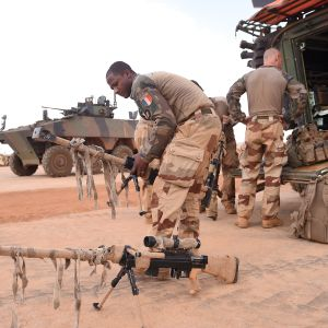 Franska soldater i Mali förbereder en patrull.