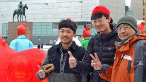 Från höger till vänster: Jiang Xue Fei (gruppens ledare), Wang Tong (konstnärlig ledare) och Xie Jiancai (tolk).
