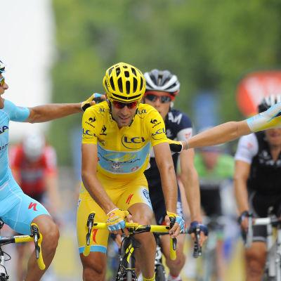Astana-stallet firar Nibali.