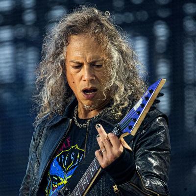 Metallica-gitarristen Kirk Hammett i närbild på scen.