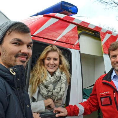 Ekim Özdemir och Kiri Korvenoja ska köra ambulansen till mongoliet, Markus Ulfstedt donerade den.