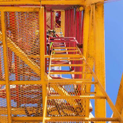 Mari Arola kiipeämässä torninosturiin