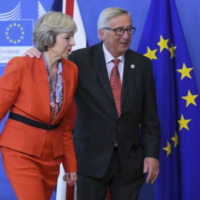 Storbritanniens premiärminister Theresa May välkomnas av EU-kommissionens ordförande Jean-Claude Juncker till ett möte på kommissionen 21.10.2016