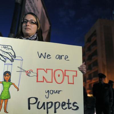 En kvinna demonstrerar