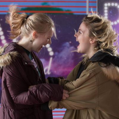 Henna (Suvi-Tuuli Teerinkoski) och Silja (Linda Manelius) står mitt emot varandra och jublar.