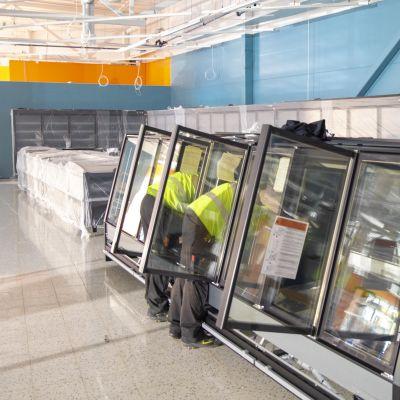 Markus Laakso ja Joni Lehtonen asentavat kylmälaitetta Lahden Vahva-Jussin alueelle rakenteilla olevaan K-markettiin.