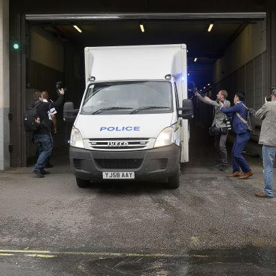 Poliskonvojen med mordåtalade Tommy Mair lämnar Westminster Magistrates Court i London 18.6.2016