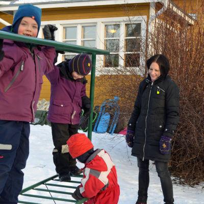 Lenni, Emil och Vilja går i finsk skola och finskt dagis. Mamman heter Johanna Nuorteva.