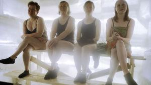 Fyra kvinnor i en isbastu