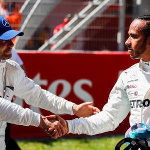 Valtteri Bottas och Lewis Hamilton skakar hand.