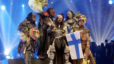Suomen vuoden 2006 euroviisuedustaja ja voittaja Lordi poseeraa Suomen lipun ja kukkien kanssa.