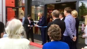 Raseborgs stadsdirektör Ragnar Lundqvist klipper invigningsbandet till nya Tokmannibutiken tillsammans med Mathias Kivikoski från Tokmannikoncernen.