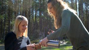 Marina stående heller kaffe åt Lina som sitter.