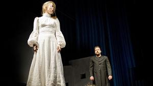 Linda Zilliacus och Max Forsman visar en bit ur pjäsen Fru Catharina Boije och hennes döttrar.