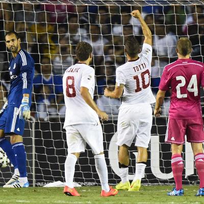Francesco Totti firar sitt mål.