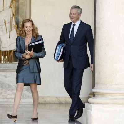 Frankes justitieminister Nicole Belloubet och finansminister Bruno Le Maire i Elysee Palatset.