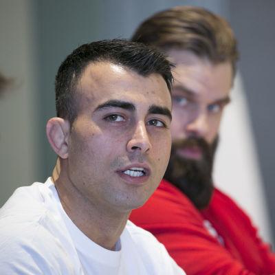Makwan Amirkhani talar vid en presskonferens.