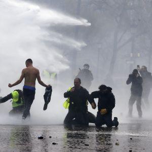 Polisen använde tårgas och vattenkanoner för att skingra demonstranter