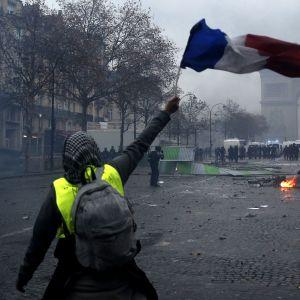 Polisfacket kräver undantagstillstånd och demonstrationsförbud efter lördagens våldsamma protester vid Triumfbågen