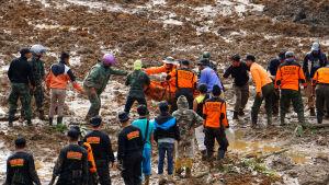 Räddningsarbetare har hittat flera dödsoffer efter jordskred på ön Java i Indonesien 13.12.2014