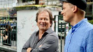 Kjell Westö och Kaj Korkea-aho leende i London.