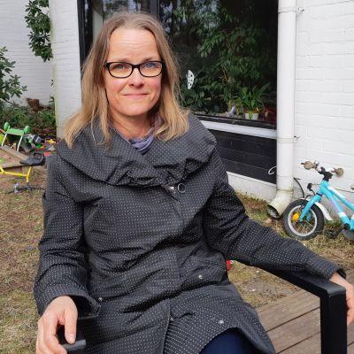 """Maria Saaristo, författare till romanen """"Tomma simbassänger"""". Utanför sitt hem i Hagalund våren 2020.."""