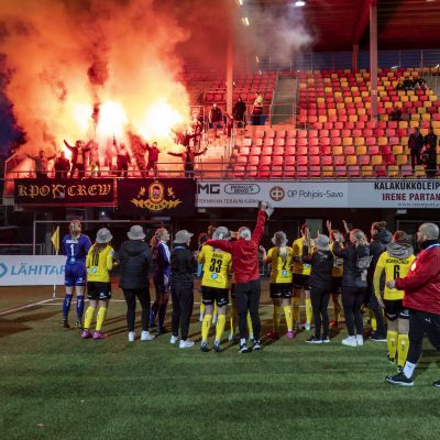 KuPS-spelare friar med fansen.