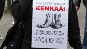 Joukkovoima mielenosoitus hallituspolitiikkaa vastaan