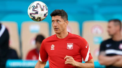 Robert Lewandowski tränar inför matchen mot Spanien.