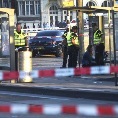 Flera fotgängare skadades då de blev påkörda av en bil vid centralstationen i Amsterdam den 10 juni 2017.