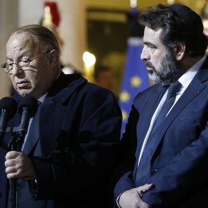 Dalil Boubaker (t.v.) vid stora moskén i Paris uttalar sig efter ett möte mellan franska religiösa ledare och president François Hollande den 7 januari efter attacken mot Charlie Hebdo.