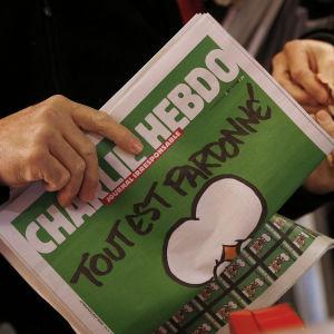 Det första exemplaret av satirtidningen Charlie Hebdo har kommit till fösäljning