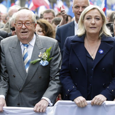 Far och dotter Le Pen på Nationella Frontens förstamajparad i Paris 2014.
