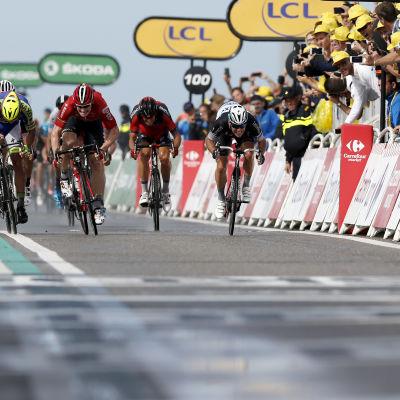 Målgång under etapp 2 på Tour de France 2015.