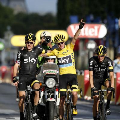 Chris Froome firar totalsegern av Tour de France 2015 tillsammans med stallkamrater.