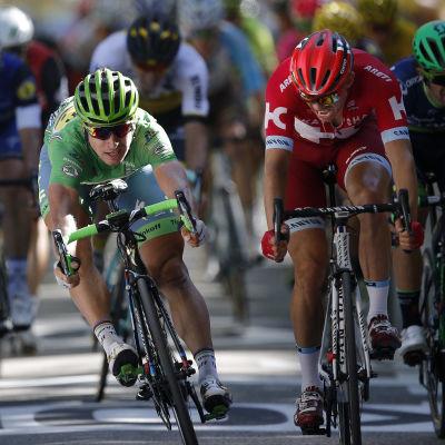 Peter Sagan (vänster) spurtar på sin cykel.