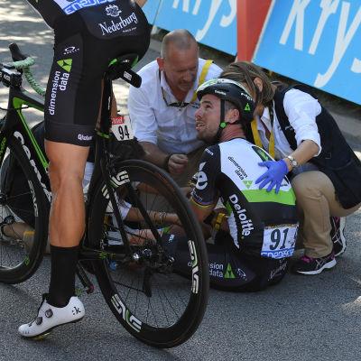 Mark Cavendish sitter på marken i Tour de France.