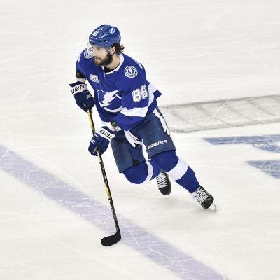 Niktia Kutjerov på isen för sin klubb Tampa Bay.