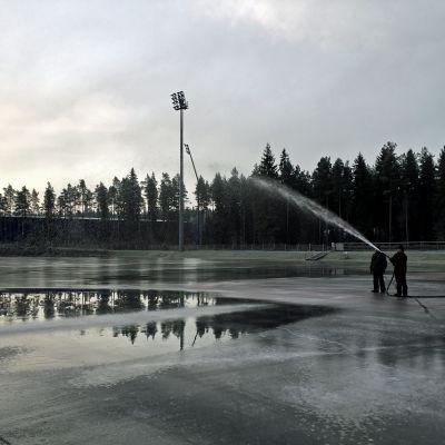 Seinäjoen jääurheilukeskuksen tekojäärata palvelee pian taas uusittujen koneiden ansiosta. Viime talvena jäätiin luonnonjäiden armoille.