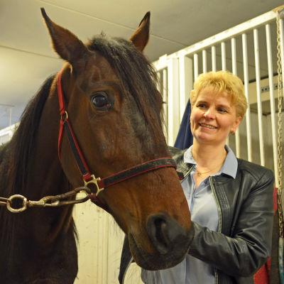 Pia Blom-Johansson tillsammans med hästen Valley de Bene. Hon är Vermos nya vd.