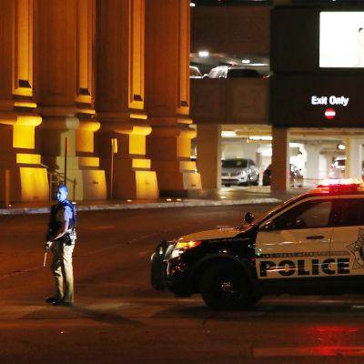 En polisbil står parkerad utanför hotellet Mandalay Bay.