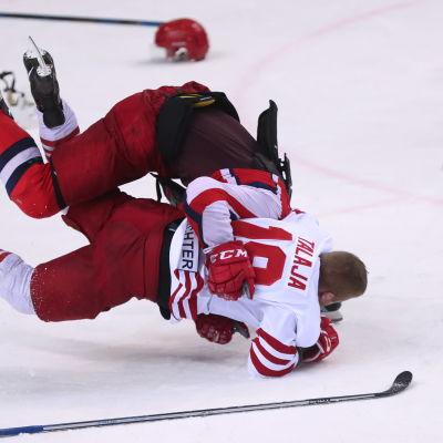 Jokeritspelaren Roope Talaja blir påhoppad av en CSKA-spelare.