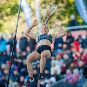 Saga Andersson hoppar stav i PNG 2018.