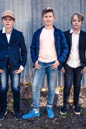 Wilson, Alvar och Loke poserar framför kameran.