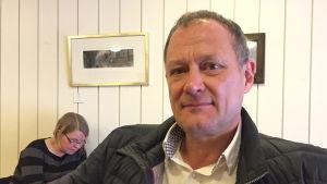 Pentti Molander, Movika, den finlandssvenska kontakten, närbild