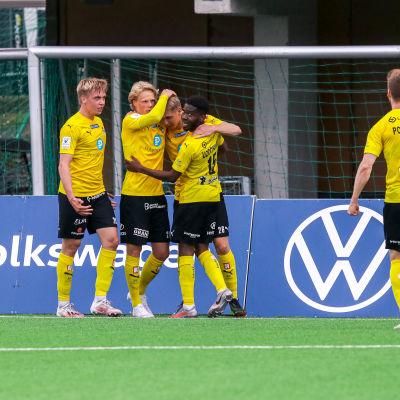 KuPS juhlii maalia Veikkausliigan ottelussa 2021.